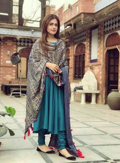 Simple dress with Heavy dupatta Simple dress with heavy dupatta, suits with heavy work dupatta, trendy plain suit with shawl fashion, Pakistani latest shawls dresses designs, Plain chiffon dupatta designs Pakistani Dresses Casual, Indian Gowns Dresses, Indian Fashion Dresses, Dress Indian Style, Pakistani Dress Design, Indian Outfits, Fashion Outfits, Frock Fashion, Dresses Dresses