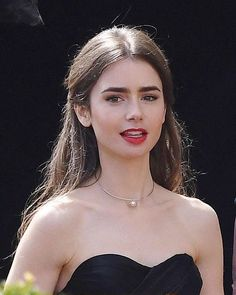 Lily Collins on the set of Emily in Paris August 2019 Lily Collins Makeup, Lily Collins Dress, Lily Collins Short Hair, Lily Collins Style, Love Lily, Red Lily, Hair Color Dark, Dark Hair, Medium Hair Styles