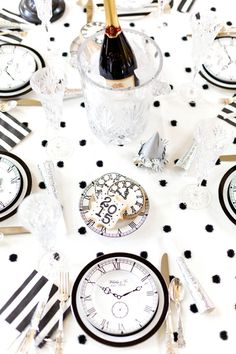 120 DIY New Years Eve Party Decorations that'll Earn you Brownie Points - Hike n Dip Make your New Year's Eve decoration earn Brownie points with these awesome New Years Eve Party Decorations. You'll love these NYE Party decoration ideas. New Year's Eve Party Themes, New Years Eve Decorations, Party Table Decorations, Party Decoration, Party Ideas, Holiday Themes, Event Ideas, New Year's Eve Celebrations, New Year Celebration