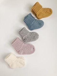 Baby Knitting Patterns Free Newborn, Baby Clothes Patterns, Knitted Baby Cardigan, Knitted Baby Clothes, Knitted Baby Socks, Crochet Socks, Baby Knits, Knitted Slippers, Crochet Granny