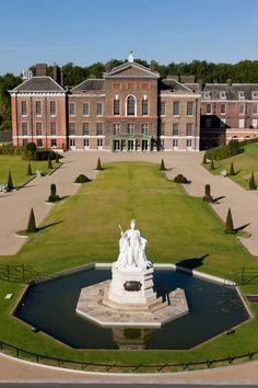 An image of the East Front of Kensington Palace showing the statue of Queen Victoria. Kensington Palace Gardens, British Royal Houses, British Royal Families, Buckingham Palace London, English Architecture, Kensington London, Royal Residence, Expensive Houses, England And Scotland