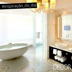 A predominância do branco aliada aos acabamentos nobres garante uma atmosfera luxuosa, mas, ao mesmo tempo, clean ao banho. Proporcionando o máximo de bem-estar aos momentos de relax, o espaço amplo acomoda banheira e bancada acompanhada de espelho. Elegante, o visual é puro charme.