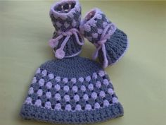 I love the post stitches used in these baby booties. BOOTIES AND HAT FREE PATTERN - Media - Crochet Me