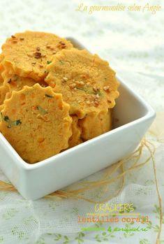 Crackers de lentilles corail & coriandre - 100 g de lentilles corail - 20 g de farine de riz Greenweez - 50 cl de bouillon de légumes ou eau - gomasio ou sel - graines de sésame - coriandre fraîche - 4 cuillères à soupe d'huile d'olive