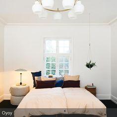 Hängende Pflanzendeko, eine schlichte Pendelleuchte und minimalistisches Mobiliar: Mit nur wenigen Mitteln lässt sich ein Schlafzimmer skandinavischeinrichten. #interior #bett