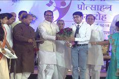 हायर सेकंडरी में 85 फीसदी से अधिक अंक लाने वाले 10,017 मेधावी विद्यार्थियों का मुख्यमंत्री शिवराज सिंह चौहान द्वारा सम्मानित किया गया.
