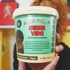"""Vídeo novo no ar: """"TUDO sobre a Meu Cacho Minha Vida @lolacosmetics"""" no youtube.com/KarinaViegaAB 💚 (link clicável na Bio). Corram lá para saber o que achei dessa linha de preço camarada da Lola 😉 👉 Ah, tem à venda na @lojadermabox (com ainda mais desconto ao usar o cupom ACORDABONITA) 👈  Espero que gostem!  Você já usou? Conte-me o que achou! 😘✨✨✨✨✨✨✨✨✨✨ #acordabonita #lolacosmetics #friendsfhits #nopoo #cachosestilosos #curlyhair #naturallycurly #cacheadas #cachosbra #cabelocacheado…"""