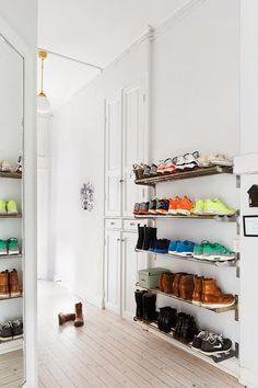 壁にスチール製の棚をつけて、靴を並べています。オープンのままなので、スペースをとらずに、すっきりとした空間になっています。
