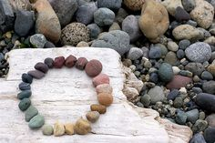 color wheel- i love rocks! Pebble Stone, Pebble Art, Stone Art, Rock And Pebbles, Rocks And Gems, Land Art, Primitive Bathrooms, We Will Rock You, Beach Stones