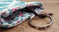 Un porte clefs malin Sacs Tote Bags, Chocolate Frosty, Coin Couture, Pinterest Blog, Creative Thinking, Sewing, Vanessa Bruno, Key Chain, Nespresso