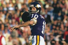 "Minnesota Vikings quarterback Fran Tarkenton looks to pass during Super Bowl XI against the Oakland Raiders on Jan. 1977 at Rose Bowl Stadium in Pasadena, Calif. The Hall of Famer nicknamed ""The. Nfl Football Players, Best Football Team, National Football League, Football Helmets, Football Stuff, School Football, Equipo Minnesota Vikings, Minnesota Vikings Football, Real Vikings"