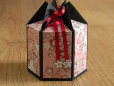 Hexagonal gift box: the tutorial crueloutre-deco. Diy And Crafts, Paper Crafts, Gift Wraping, Diy Box, Kirigami, Box Packaging, Stamping Up, Homemade Gifts, Mini Albums