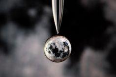 Imagens dentro de uma gota de água by fotógrafo Markus Reugels #moon