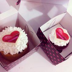 Cupcakes para celebrar en el mes del Amor y la Amistad! Haz tus pedidos al (1) 625 1684 o visítanos en la Cra 11 No. 138 - 18 L3. - #sosweet #Pasteleria #reposteria #cupcakes #cupcakefactory #FoodPorn #DessertPorn www.SoSweet.com.co