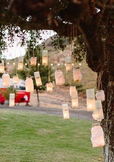 We love to hang little objects from our trees, a spot to give the bride special touch ;)