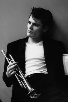 Chet Baker - Star Eyes (tradução) (Letra e música para ouvir) - Star eyes / That to me is what your eyes are / Soft as stars in April skies are / Tell me some day you'll fulfill / Their promise of a thrill / / Star eyes /