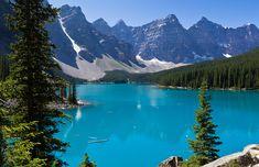 Cercado por montanhas rochosas cobertas de gelo junto ao verde da vegetação bem preservado do Parque Nacional de Banff, o Lago Moraine é uma das paisagens mais belas do Canadá.