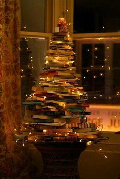 Árbol de navidad hecho con libros.