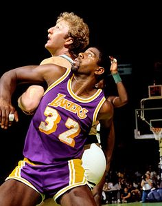 Picture of Los Angeles Lakers Magic Johnson and Boston Celtics Larry Bird fighting for position in Game 2 of the 1985 NBA Finals at Boston Garden. Basketball Legends, Sports Basketball, Basketball Players, Lakers Vs Celtics, Boston Celtics, Larry Bird, Showtime Lakers, James Worthy, Nba Stars