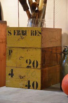 www.brocantedelabruyere.com 3 tiroirs en bois , couleurs et inscriptions d'origine.