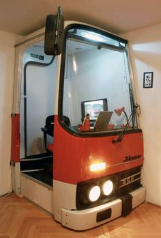 Tired of your usual workspace? See how a man in Hungary refurbished this old bus and turned it into a home office. Article via @Diana Adams & Bit Rebels