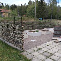 Salix staket och gjutna odlingslådor! Fence