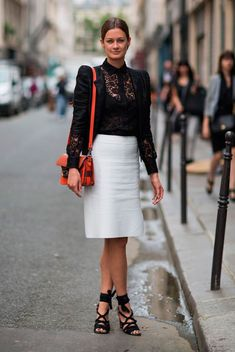 Foto de street style com blusa de renda preta, blazer preto e saia branca