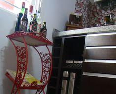Mesa antigua que se utilizaba para el teléfono , hoy sirve para armar un pequeño bar...sobre ella , también libros de cocina..