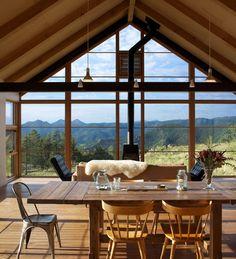 Interiéry jsou zařízené s lehkostí a smělostí, rodina nechala vyniknout krásu přírodních materiálů a dřeva. Dominantní zůstávají daleké výhledy do krajiny.