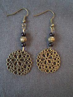 Boucles d'oreilles pendantes avec perles métal bronze, noires et estampe à fleur bronze : Boucles d'oreille par plumecreative