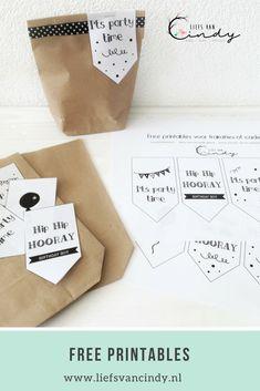 Maak leuke traktaties met de cadeau en traktatielabels die je gratis kunt downloaden op het blog. 8 verschillende zwart witte labels. Printable Labels, Free Printables, Present Wrapping, Wrapping Ideas, Printing Labels, Homemade Gifts, Birthday Wishes, Diy For Kids, Teacher Gifts