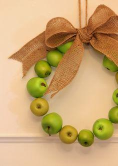 Manzanas verdes y un lazo de burlap:)))