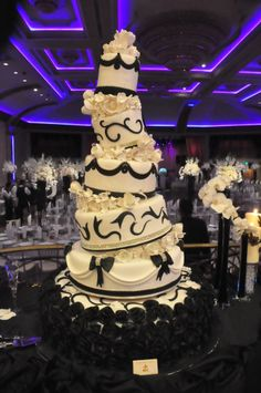 white wedding cakes My cake will not be this big, but I love how its all topsy turvy! love how fun this cake is Black White Cakes, Black And White Wedding Cake, White Wedding Cakes, Amazing Wedding Cakes, Unique Wedding Cakes, Amazing Cakes, Gorgeous Cakes, Pretty Cakes, Luxury Wedding Cake