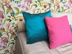 LISAS | Estas almofadas complementam estrategicamente a decoração do quarto, refletindo as cores dominantes do papel de parede. #decoracao #almofadas #SpenglerDecor www.spenglerdecor.com.br