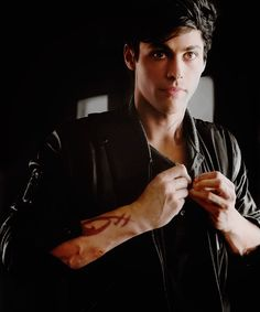 Matthew Daddario Alec Lightwood Shadowhunters TMI The Mortal Instruments Shadowhunters Malec, Shadowhunters The Mortal Instruments, Matthew Daddario Shadowhunters, Cassandra Clare, Alec And Jace, Constantin Film, The Dark Artifices, City Of Bones, Hommes Sexy