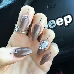 People are getting tiny tattoos on their cuticles, and they look so pretty Die Leute bekommen winzige Tätowierungen auf. Cuticle Tattoos, Knuckle Tattoos, Dot Tattoos, Nail Tattoo, Poke Tattoo, Piercing Tattoo, Tattoo You, Hand Tattoos, Tatoos