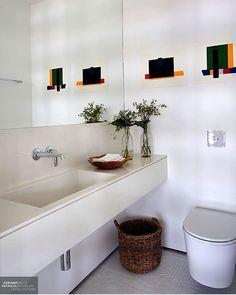WEBSTA @ fabiarquiteta - Lavabo Branquinho!!!! Destaque para a produção, que trouxe um toque de cor bacanérrimo! Projeto @migsarquitetura #bathroom #bath #toilet #white #luxurydesign #top #arquiteta #riodejaneiro #design #inspiration #furniture #architect #arquitetablogueira #archilovers #arquitetura #architecture #decor #instalike #instagood #decoracion #homedecor #instadesign #photo #blogfabiarquiteta #fabiarquiteta Blog www.fabiarquiteta.com👻 fabiarquiteta