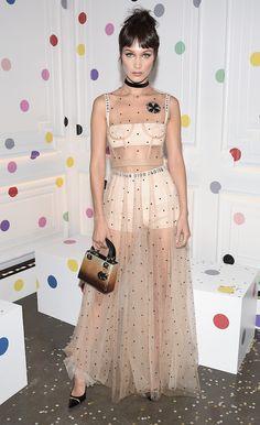 Bella Hadid parecia uma boneca moderninha com look da nova Dior em evento da grife ontem, de peruca descombinada e franjinha. Bailarina nada...
