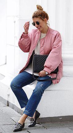 Der Oversize-Blouson in Sorbet und die legere Bluejeans lassen uns an die Pantone Farben des Jahres 2016 denken. Wie Aylin König den Trend sonst stylt, könnt ihr bei uns um Blog nachlesen.