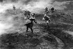 Franse soldaten vallen Duitse stellingen aan op het Westelijk front.