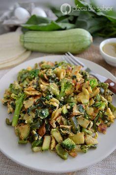 Migas verdes o huevo con tortilla y vegetales (saludable)