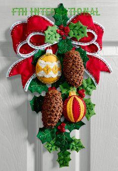Bucilla conos de pino y el acebo  fieltro de Navidad colgante