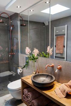 Ein Wellnesserlebnis deluxe bietet die ebenerdige Dusche: Der gläserne Wasserschutz macht einen Duschvorhang überflüssig und die kupferfarbene Dusch-Armatur mit großem Duschkopf sorgt für ein optisches Highlight.  #bathroom #interiordesign #inspiration #berlin #ideas #lifestyle #interiordecor #interiorinspiration #homesweethome #homedesign #accessories