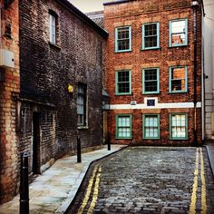 The house at the back is pre 1669.. and this is in the #city of #London! #Awesome #history #oldstreet #liverpoolstreet so #Dickens #JackTheRipper isn't it?! #england #uk #greatbritain #kookylondon #londonist #timeoutlondon get the #iPhone #App here #photoftheday #photography #igers #instart #insta