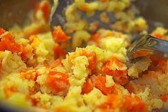 Kartoffel - Möhren - Stampf: 1/2 kg Kartoffel(n) 1/2 kg Möhre(n) 1/2  Zwiebel(n)   Salz und Pfeffer  evtl. Muskat   Milch   Petersilie