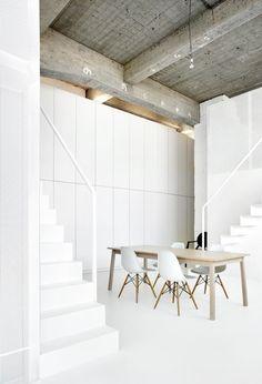 Loft en blanc minimaliste + contraste plafond béton brut   White loft with concrete ceiling