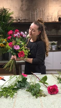 Moyses Stevens, the florist loved by the Royal family, shows us how to create a friendship bouquet. How To Wrap Flowers, Diy Flowers, Flower Decorations, Wedding Flowers, Flower Shop Decor, Flower Ideas, Love Flowers, Flower Bouquet Diy, Beautiful Bouquet Of Flowers