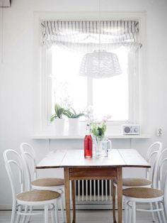 Un piso blanco y gris lleno de luz estilo nórdico escandinavo gris decoración pisos pequeños decoración interiores nórdicos decoración blanc...