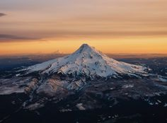 Oregon's Mount Hood at Sunset. Took this out of my airplane window coming back from Chicago. OC [5184x3828]