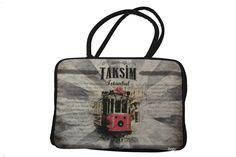 """Bolso Taksim Dogo de color negro con cierre de cremallera. Diseño con estampado """"Taksim Istanbul"""" y dos asas medianas. Tiene un compartimento interno para guardar accesorios."""